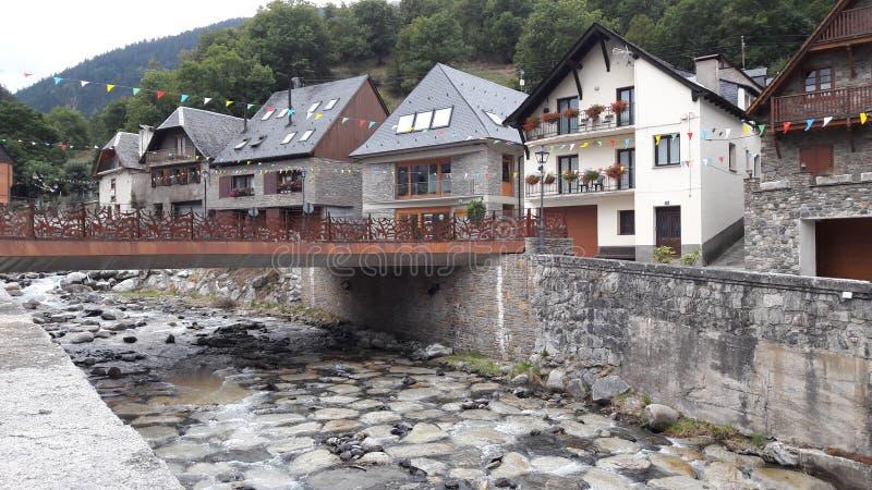 Hus bredvid floden i Vielha, i Pyreneesna arkivbilder