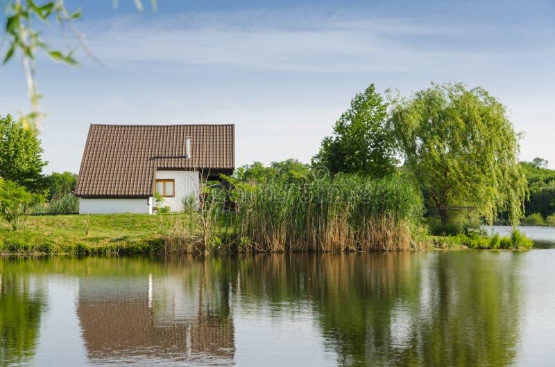 Hus bredvid sjön arkivfoton
