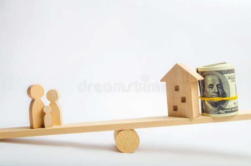 Hus, dollar och familj på vågen Jämvikt köpa och att sälja och att hyra ett hus och en lägenhet kreditering inteckna egenskap I royaltyfri foto