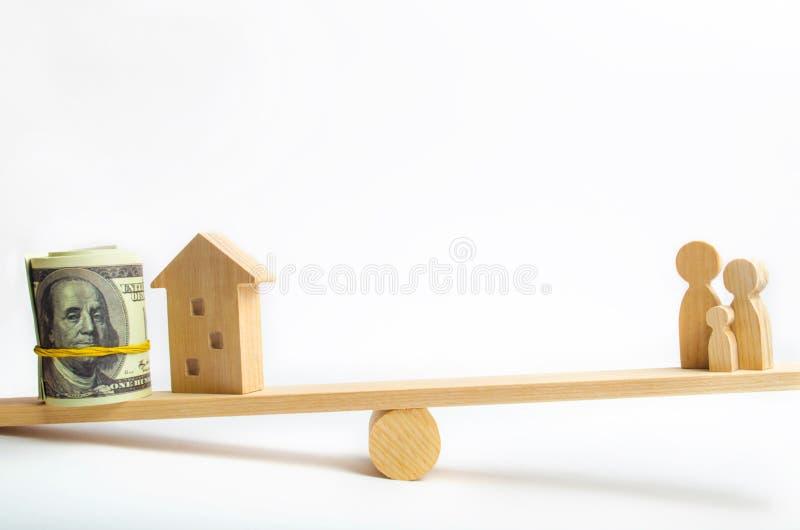 Hus, dollar och familj på vågen Jämvikt köpa och att sälja och att hyra ett hus och en lägenhet kreditering inteckna egenskap I royaltyfria foton