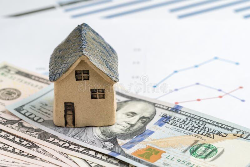 Hus- eller fastighetköp, försäljning och investeringbegrepp, miniatyr royaltyfria bilder