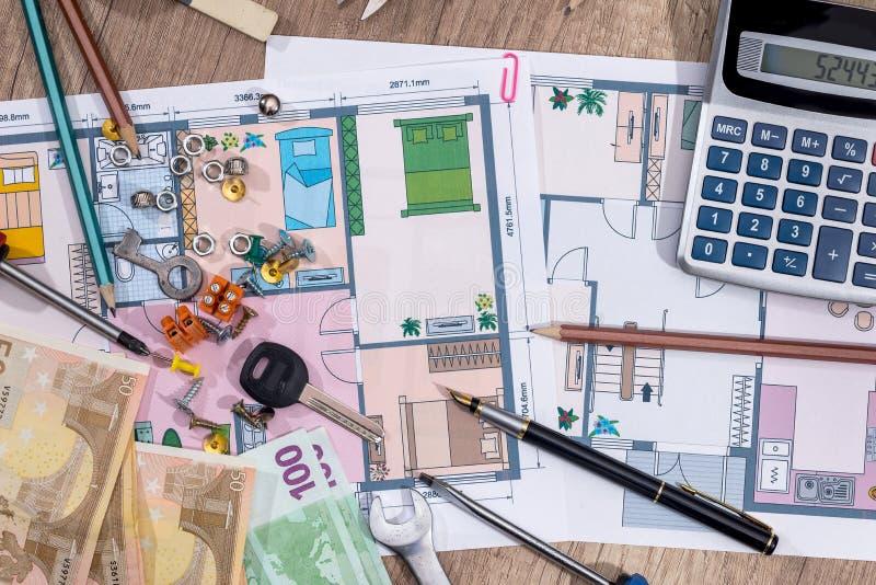 Hus för arkitektoniskt plan med euroet, blyertspenna, räknemaskin royaltyfria foton