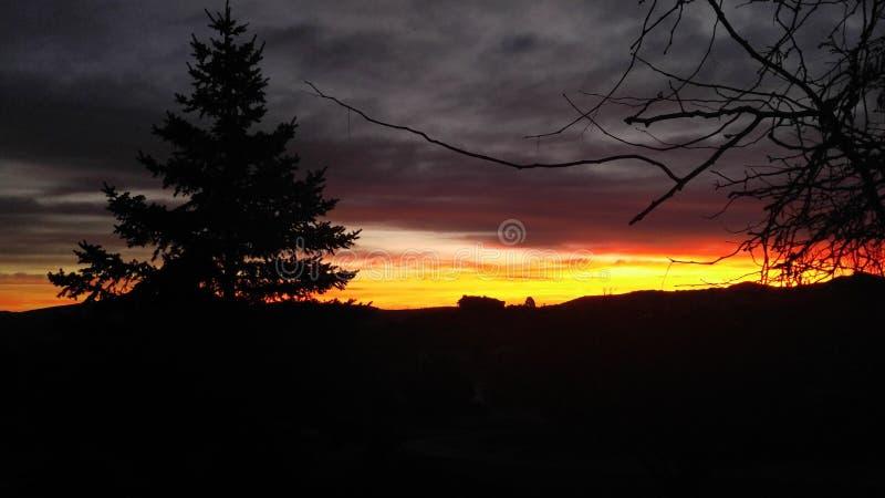 Hus för bergmorgonsoluppgång på kullen royaltyfri fotografi