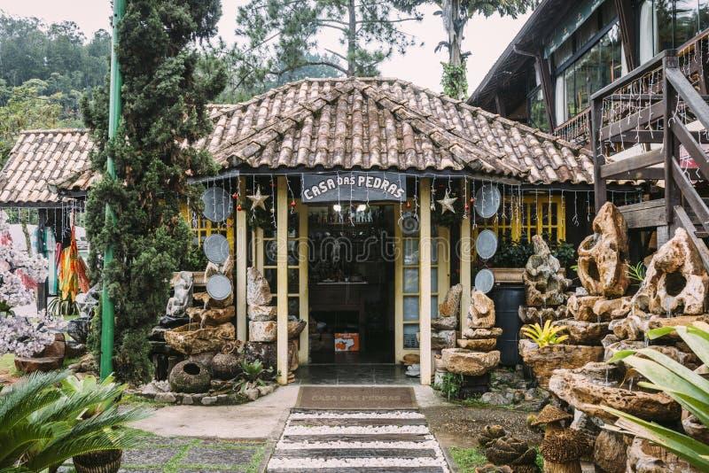 Hus för betydelse för Casadas Pedras av Rocks i Penedo, Rio de Janeiro, Brasilien royaltyfria bilder