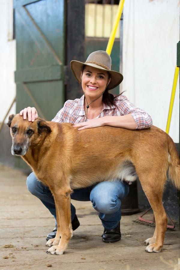 Hus för cowgirlhundlantgård royaltyfri fotografi