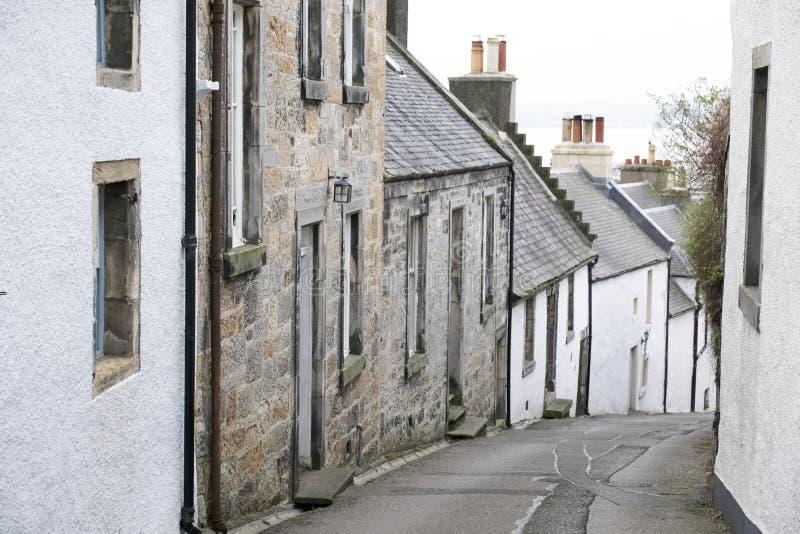 Hus för by för Culross pickolaflöjt skotska på vägstup arkivfoton