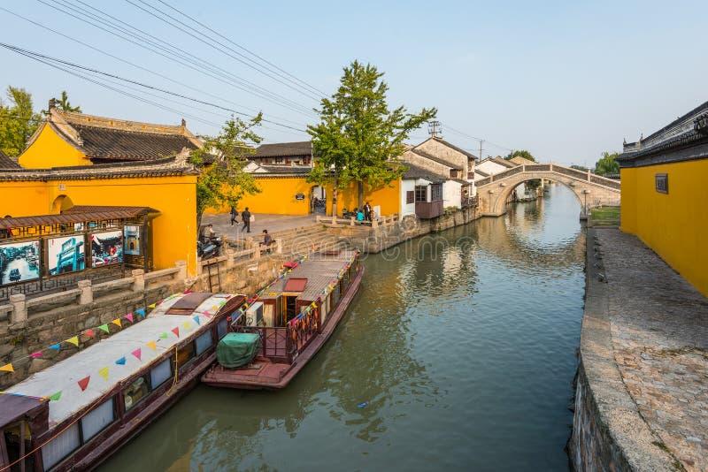 Hus för för Suzhou gamla stadkanal och folk royaltyfri fotografi