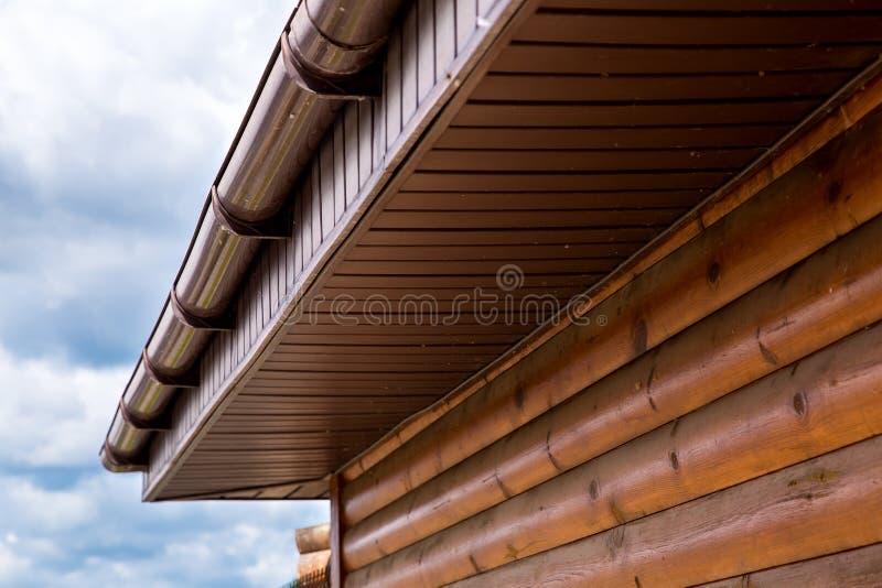 Hus för journal för stormavloppsrännatak arkivfoto