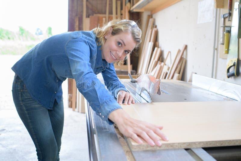Hus för kvinnabyggandemodell från träkvarter arkivfoto