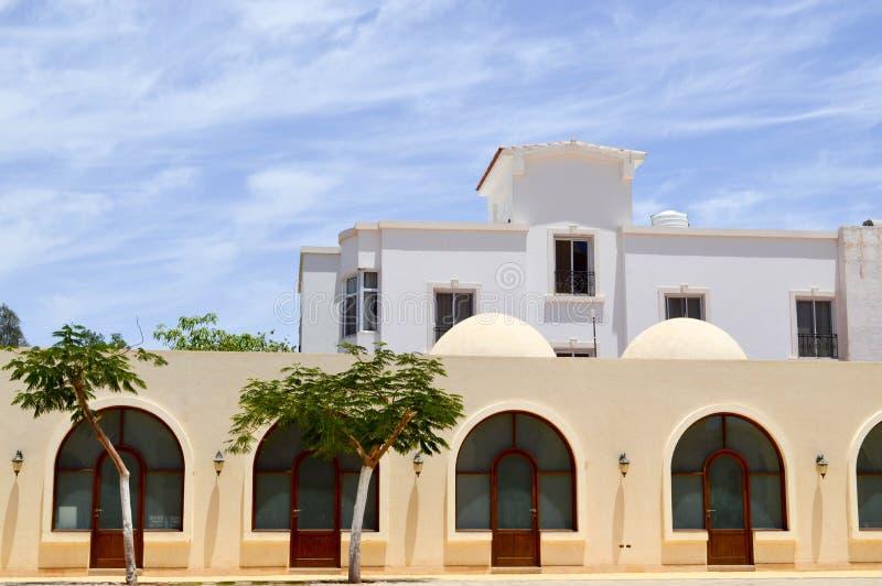 Hus för muselman för liten härlig proper gammal forntida stenlera arabiska islamiska med fönster med runda kupoler i öknen i ett  arkivfoton