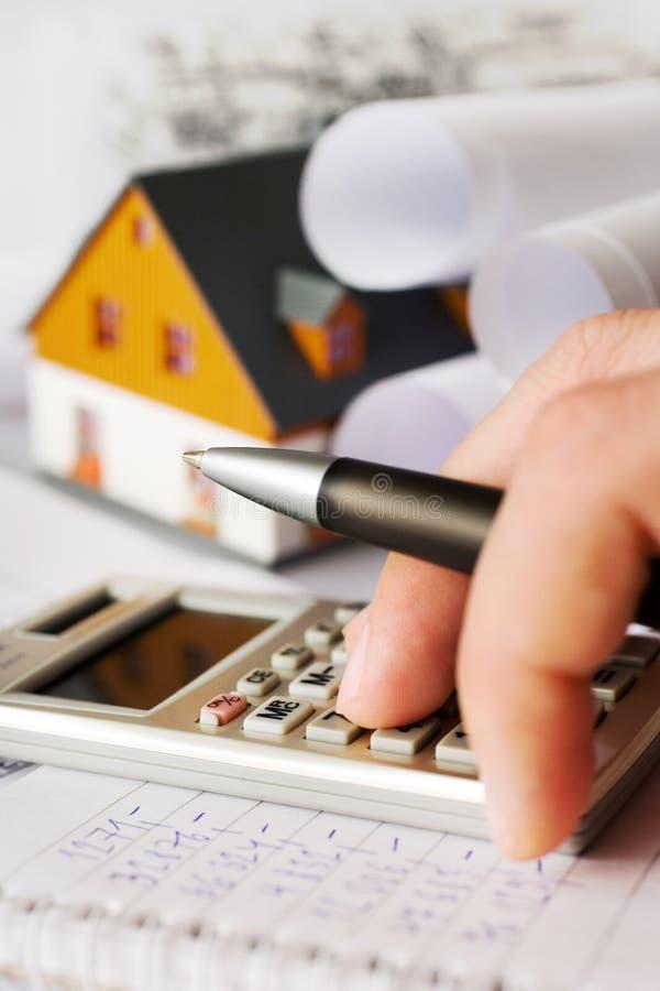 Hus för ny modell på arkitekturritningplan på skrivbordet arkivfoto