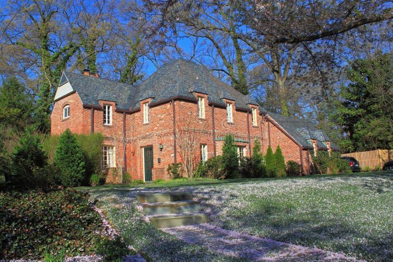 Hus för röd tegelsten i trä royaltyfria foton