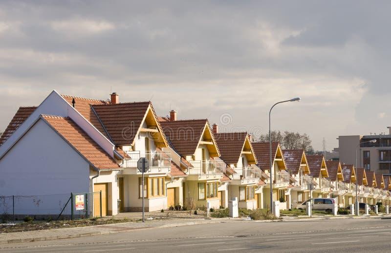 Hus för rad för Brno Leskava tjeckiska tekniker 4th Januari 2015 identiska Samlas produktion i byggandebranschen royaltyfria foton