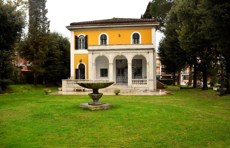 Hus för romersk stil och trädgård, Italien royaltyfria bilder
