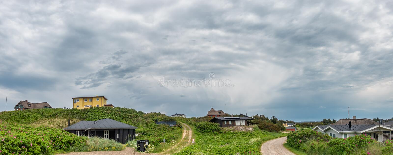 Hus för semesterhem i Henne på Nordsjökusten i Danmark royaltyfri fotografi