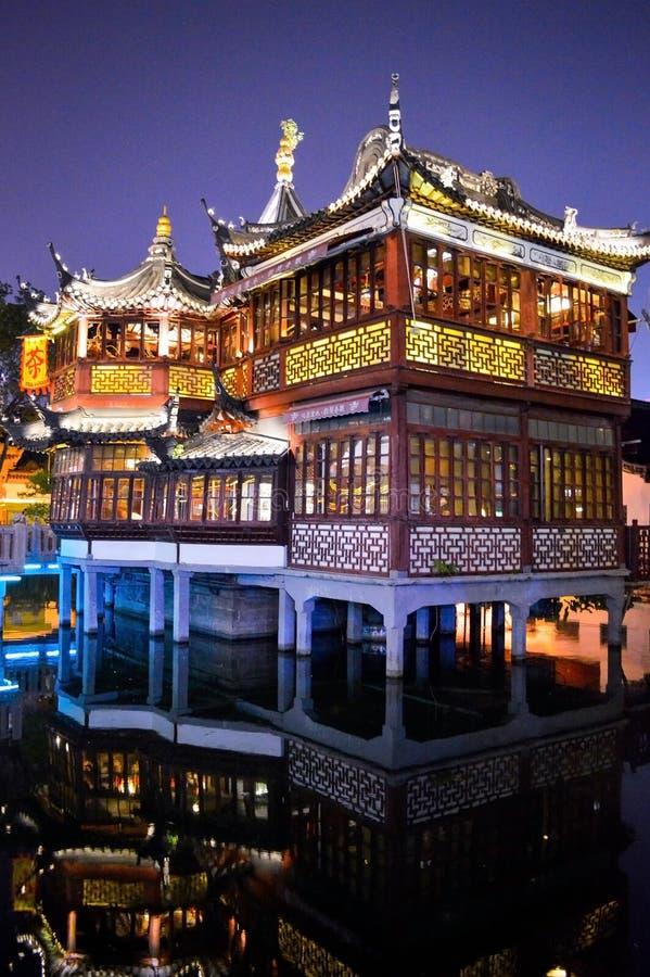 Hus för Shanghai Yu trädgårdte i natt royaltyfri foto