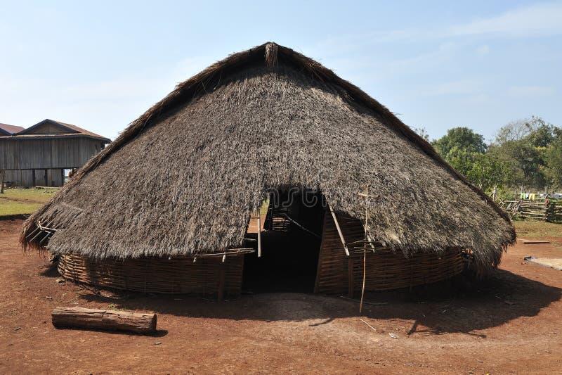Hus för traditionell byggnad i by Cambodja för etnisk minoritet royaltyfri foto