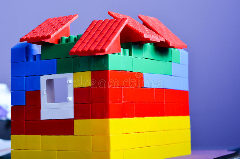 Hus från färgrika byggnadstegelstenar royaltyfri fotografi