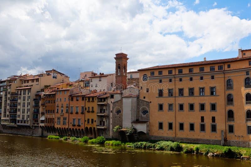 Hus gränsar den arno floden, Florence, Italien royaltyfria bilder
