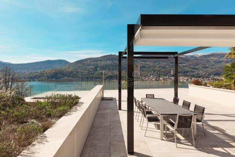Hus härlig veranda som förbiser sjön arkivbild