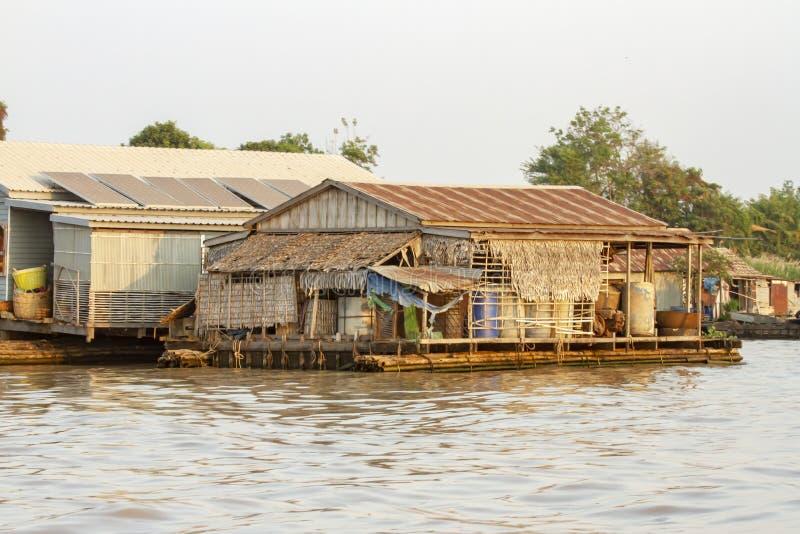 Hus, i att sväva fiskeläget av Tonle Sap River i Cambodja royaltyfri fotografi