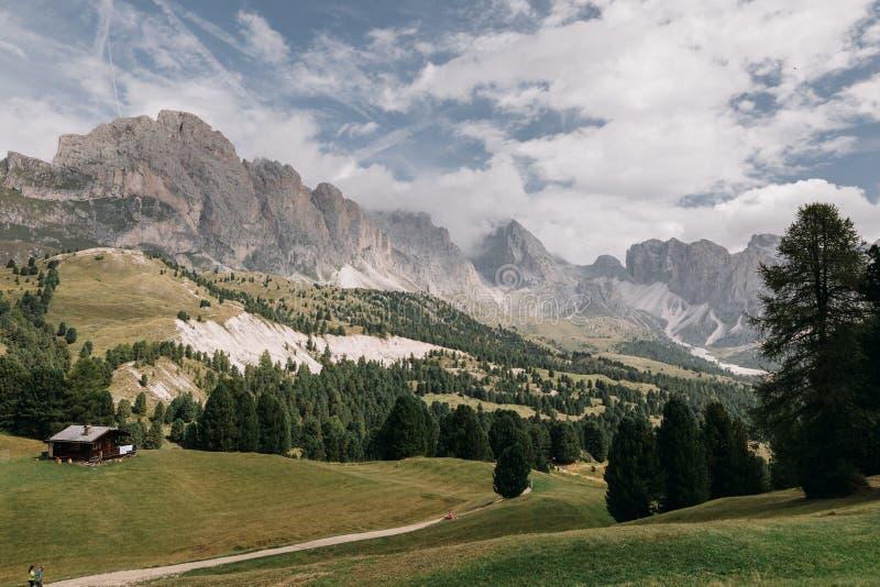 Hus i bergdalen i Dolomites, Italien royaltyfria foton
