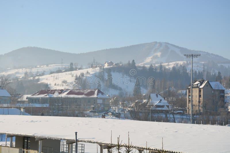 Hus i bergen i vinter royaltyfria foton