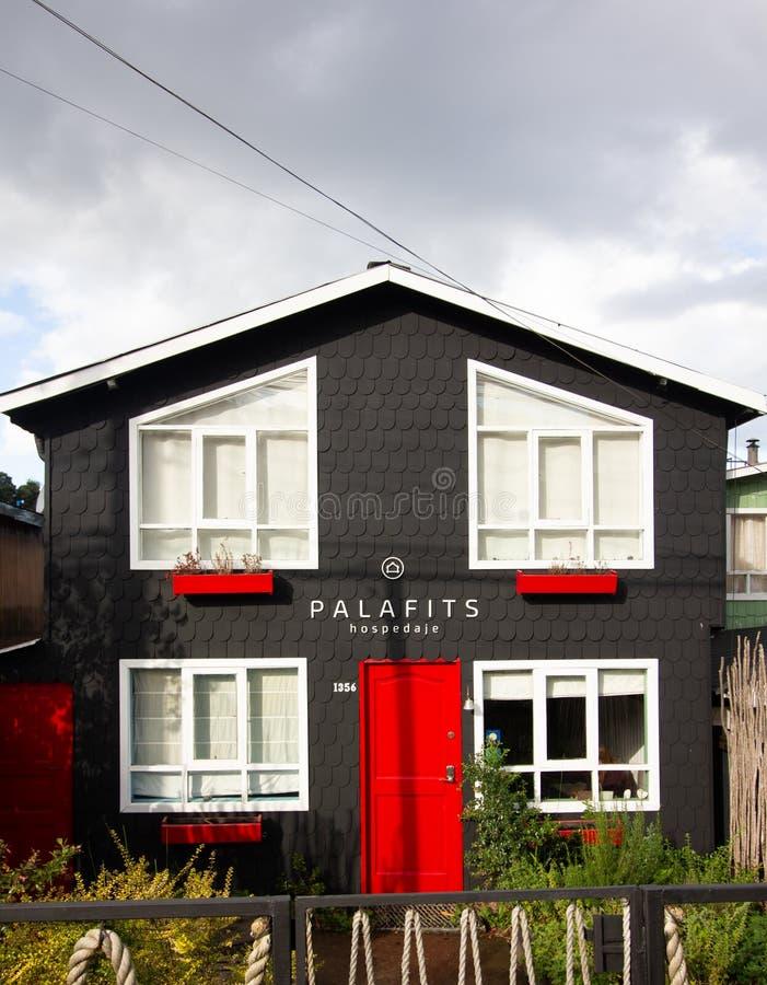 Hus i castro på den Chiloe ön Chile som är bekant som palafitos royaltyfri bild