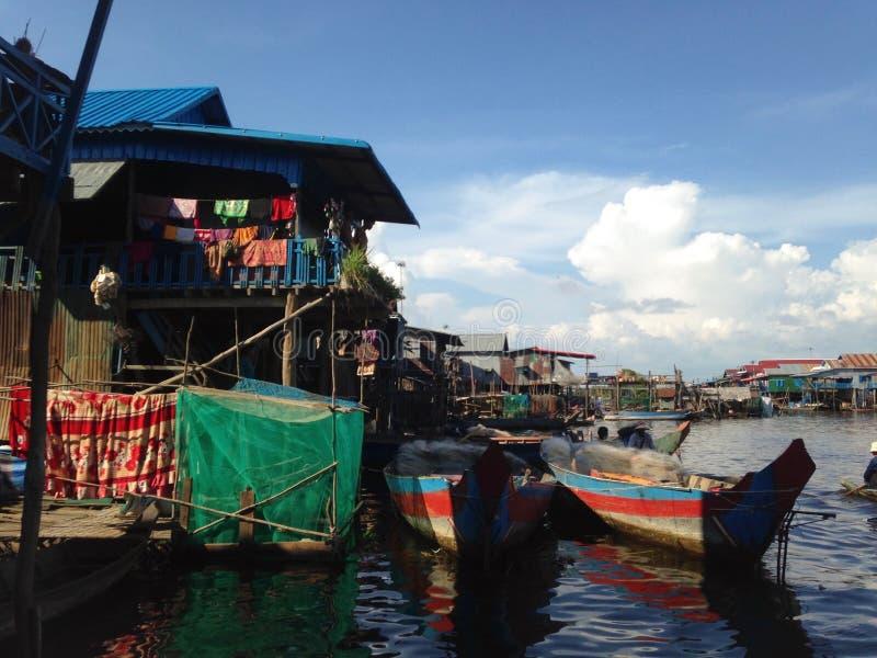 Hus i den sväva byn Fiskarefartyg den cambodia laken underminerar tonle royaltyfri foto