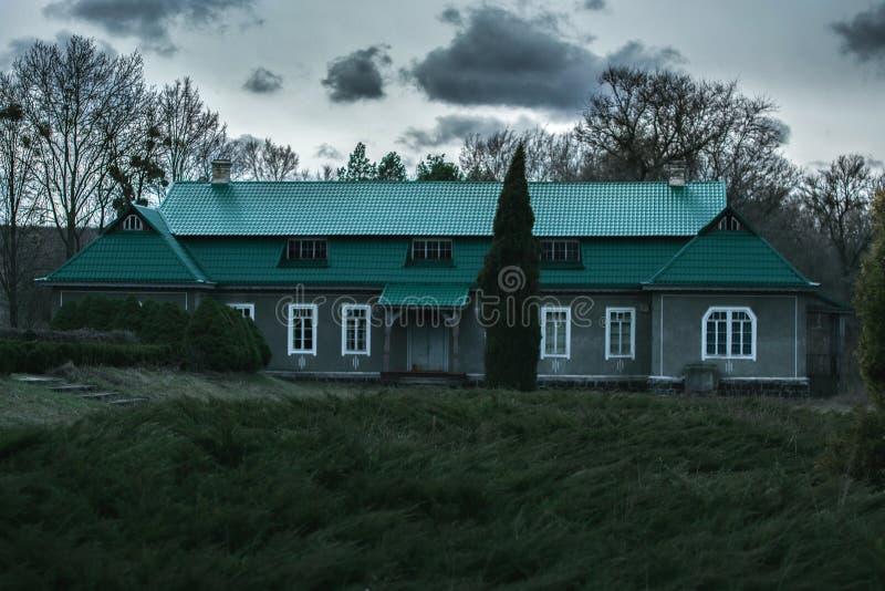 Hus i den ukrainska byn royaltyfria bilder