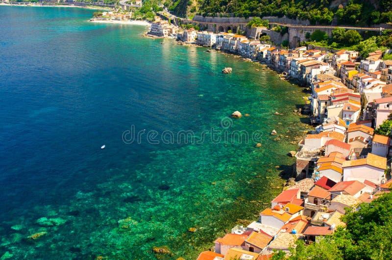 Hus i det lilla fiskeläget Chianalea di Scilla, Calabria, I arkivbild