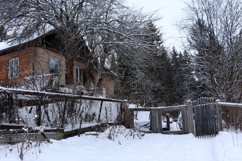 Hus i en by arkivfoton