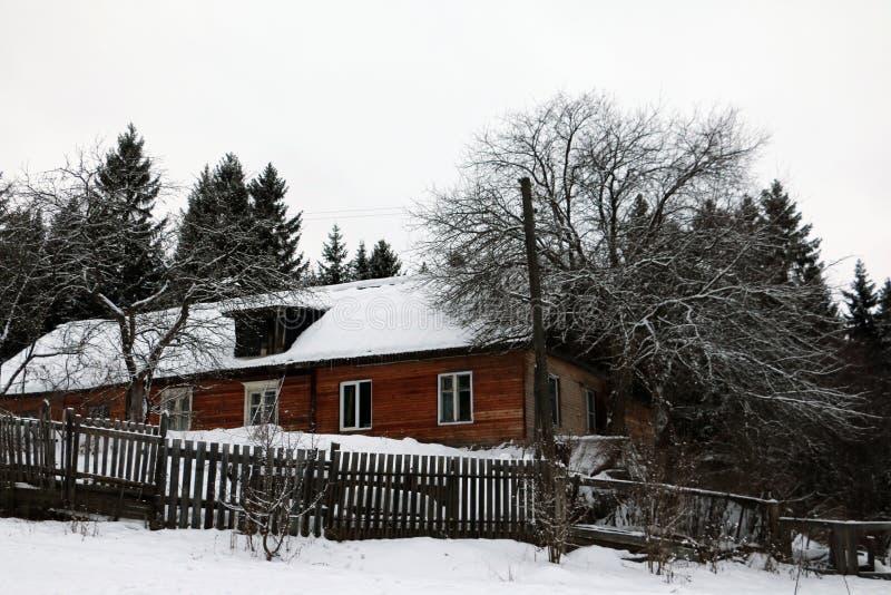 Hus i en by arkivbilder