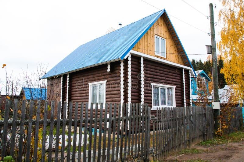 Hus i en by royaltyfri fotografi