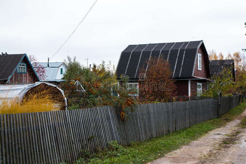 Hus i en by royaltyfria foton