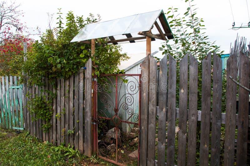 Hus i en by fotografering för bildbyråer