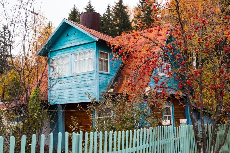 Hus i en by arkivbild