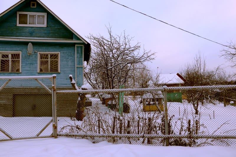 Hus i en by arkivfoto