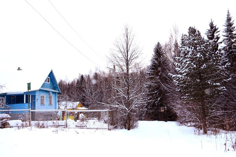 Hus i en by royaltyfri bild