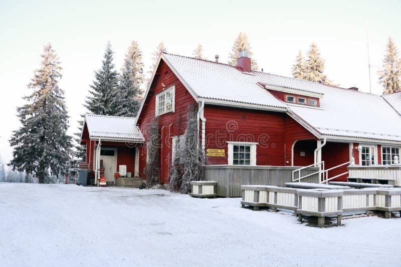 Hus i en by i vinter fotografering för bildbyråer