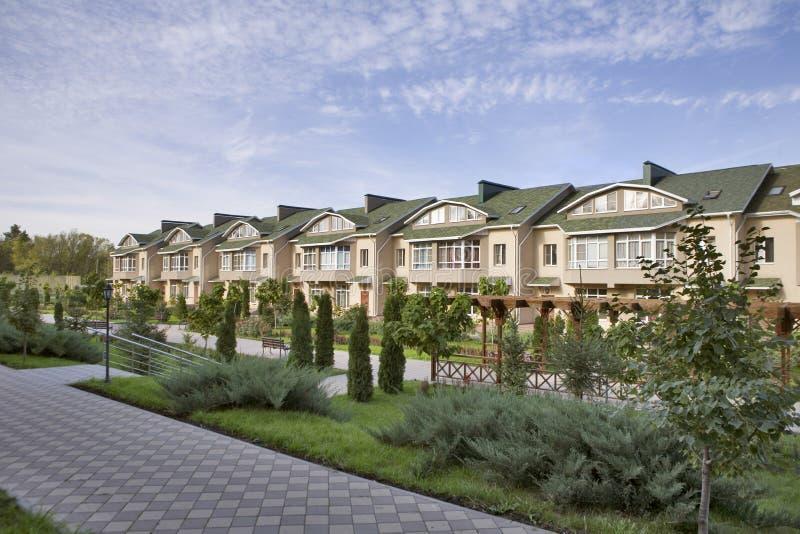 Hus i förorts- grannskap arkivfoto