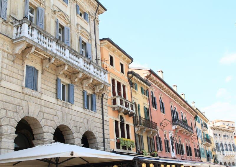 Hus i gamla Verona royaltyfria bilder