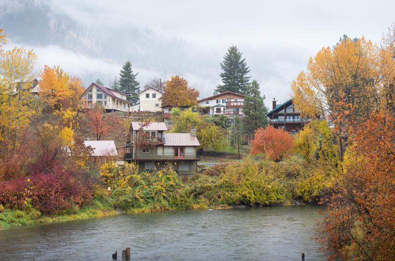 Hus i höstframdelvatten parkerar, Leavenworth arkivfoto