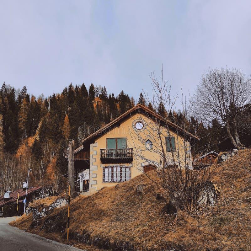Hus i Italien, fjällängar royaltyfria bilder
