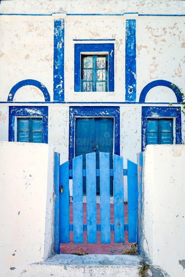 Hus i Santorini/Grekland med blåa dörrar och fönster fotografering för bildbyråer