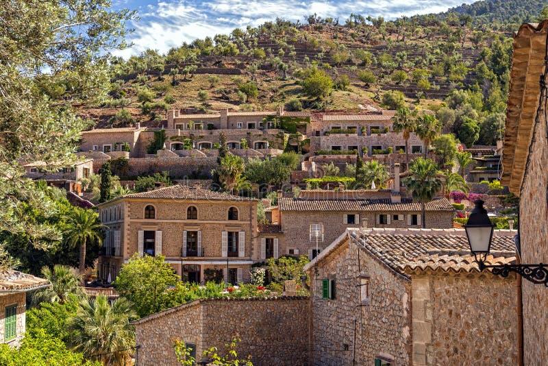 Hus i sceniska Deia, Mallorca arkivfoto