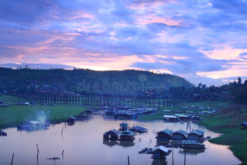 Hus i sjön Sangkaburi, Thailand royaltyfri foto