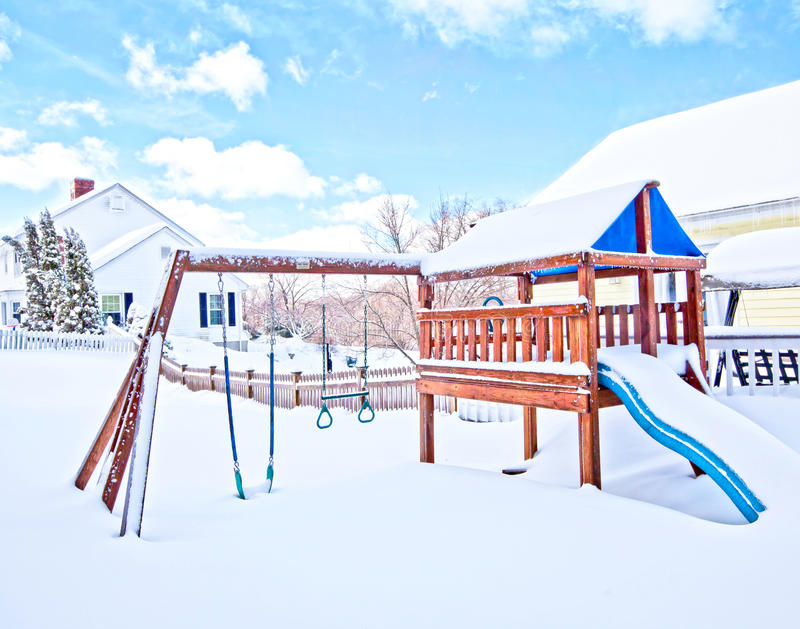 Hus i snow royaltyfri bild