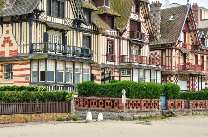 Hus i Trouville sur Mer i Normandie arkivbilder