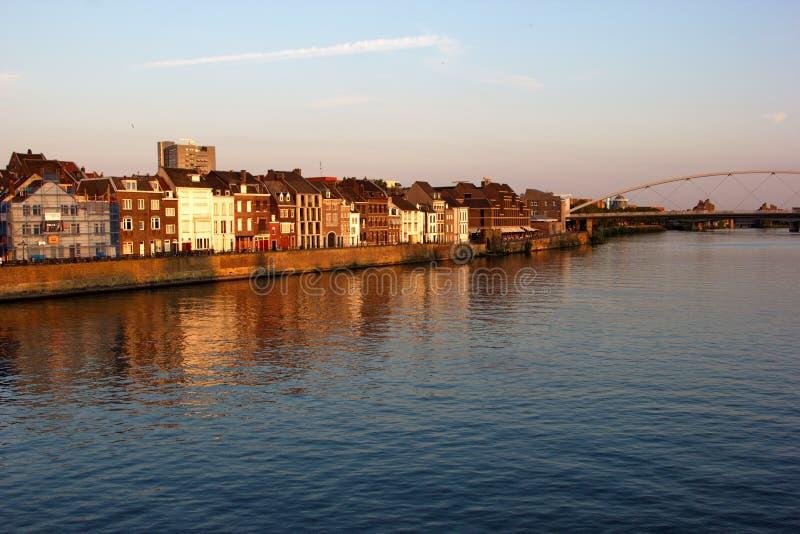 Hus längs floden Maas i Maastricht, Nederländerna, Europa arkivfoto